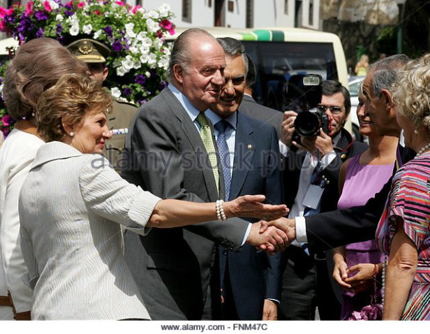 epa01812114-the-king-of-spain-juan-carlos-c-shakes-hands-during-his-fnm47c